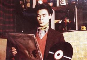 ジャズのレコードジャケットを眺める山森氏。(写真は山森氏のアルバムより)