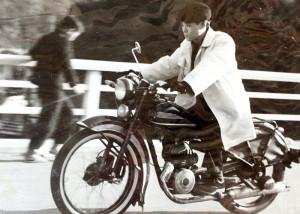 スウェーデン製の、当時日本に6台しかなかった貴重なバイク「ファスクバルナ号」に乗る山森氏。(写真は山森氏のアルバムより)