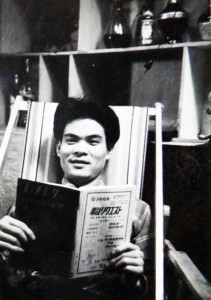 ヒッチコック・マガジンを読む山森氏。この雑誌は1959年(S34)から1963年(S38)まで発刊されていた。(写真は山森氏のアルバムより)